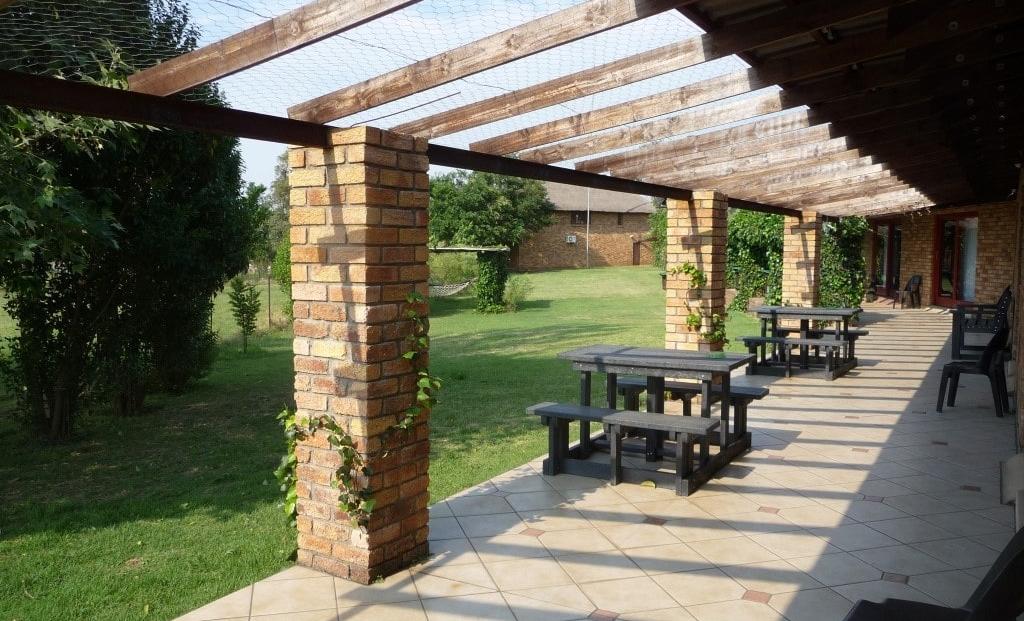 Airport Game Lodge - picnic tafels voor de kamers