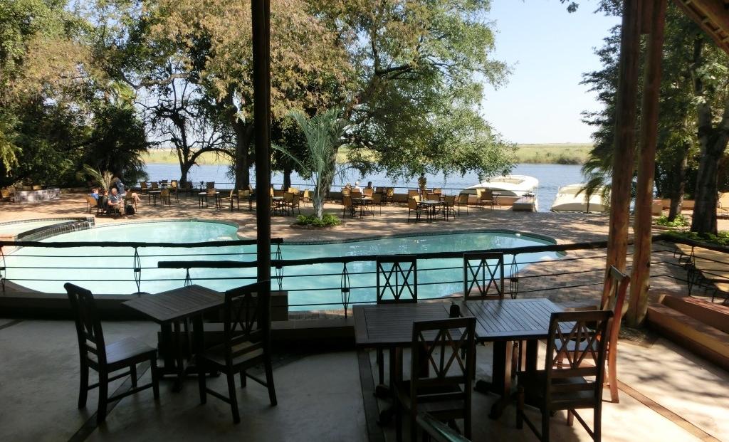 Chobe Safari Lodge - Terras en zwembad met uitzicht over de Chobe rivier