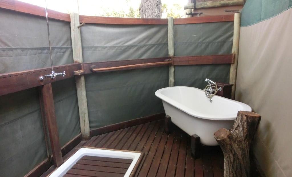 Gunns Camp - Badkamer met douche en badkuip in de buitenlucht