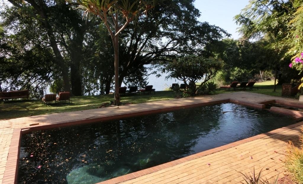 Kubu Lodge - Zwembad en ligbedden met uitzicht op de Chobe rivier