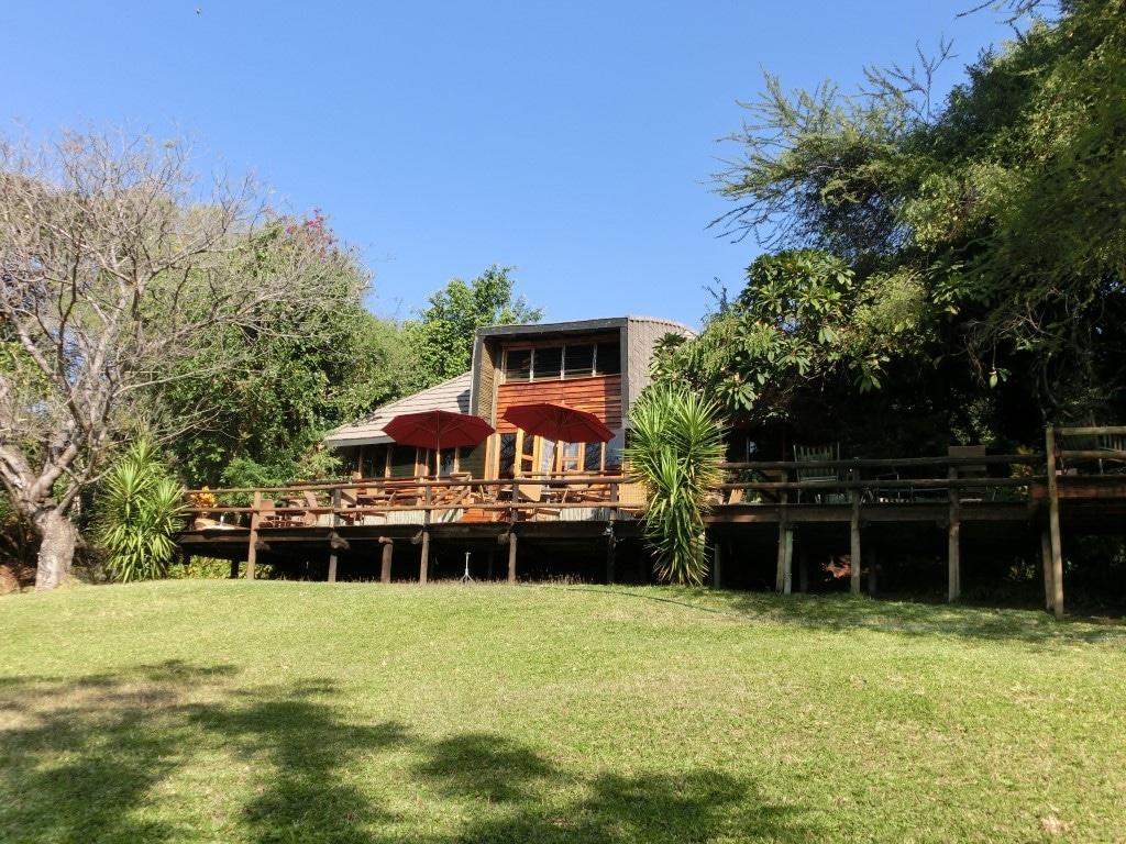 Kubu Lodge - Terras en hoofdgebouw vanuit de tuin