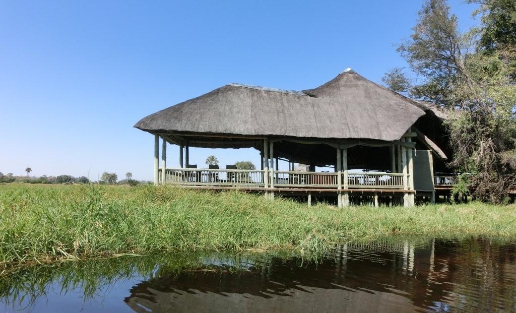 Moremi Crossing - Hoofdgebouw vanaf het water