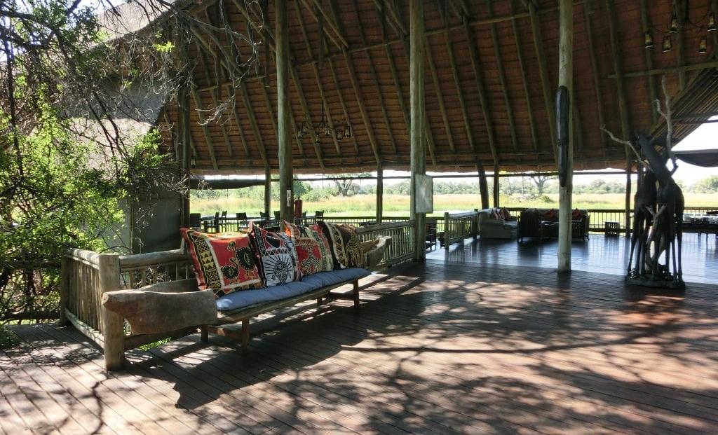 Moremi Crossing - Bank gemaakt van een mokoro