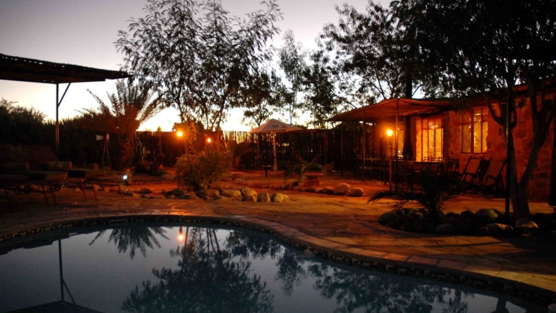 A Little Sossus Lodge - Zwembad 's avonds