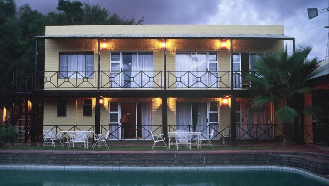 Auob Lodge - Zwembad met kamers erachter