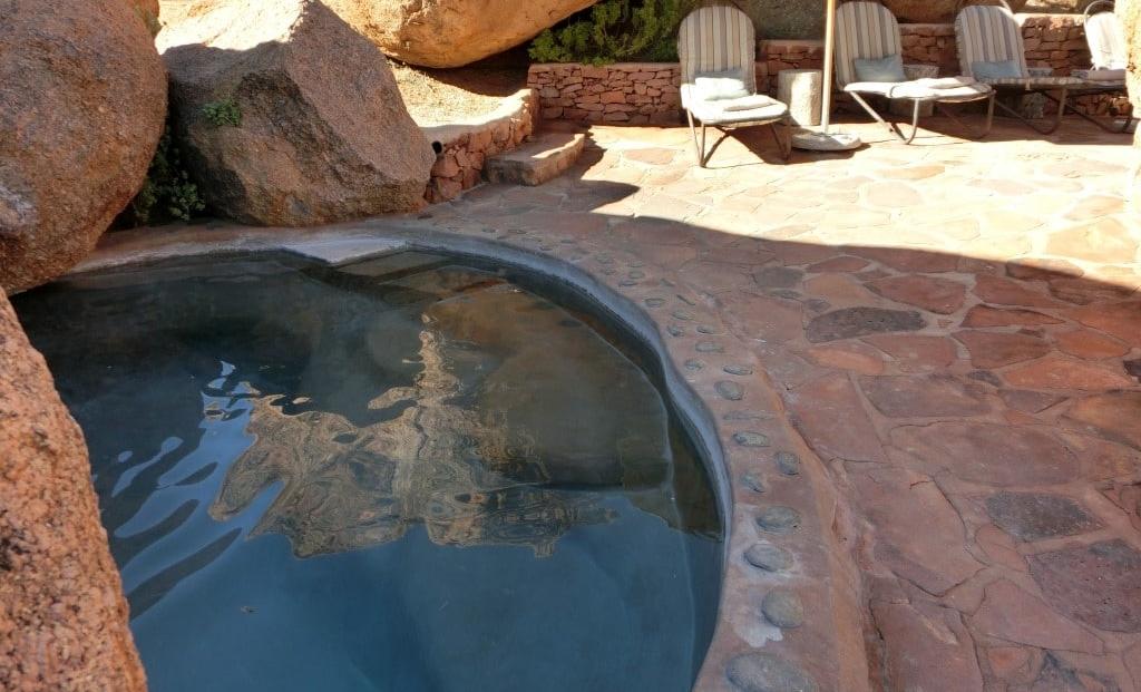 Camp Kipwe - Zwembad met ligbedden