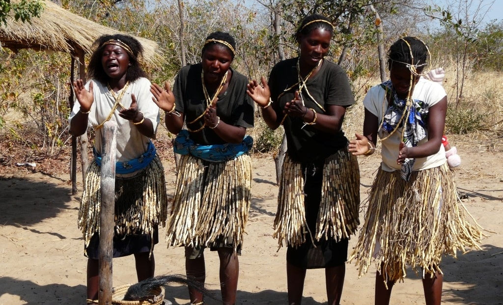 Caprivistrip - Dansende vrouwen