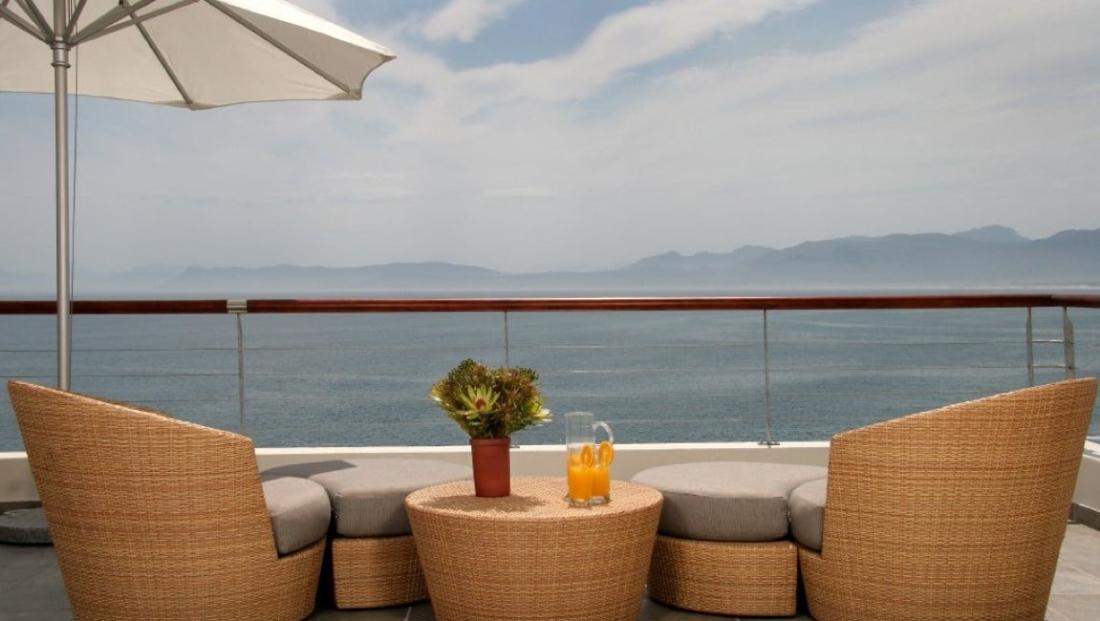 Cliff Lodge - loungen met uitzicht op zee