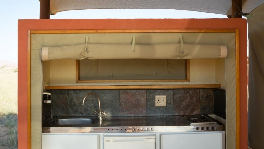 Desert Camp - Eenvoudig keukentje bij kamer