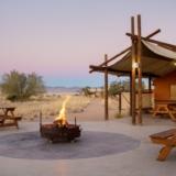 Rondreizen Namibië - Kampvuur bij Desert Camp