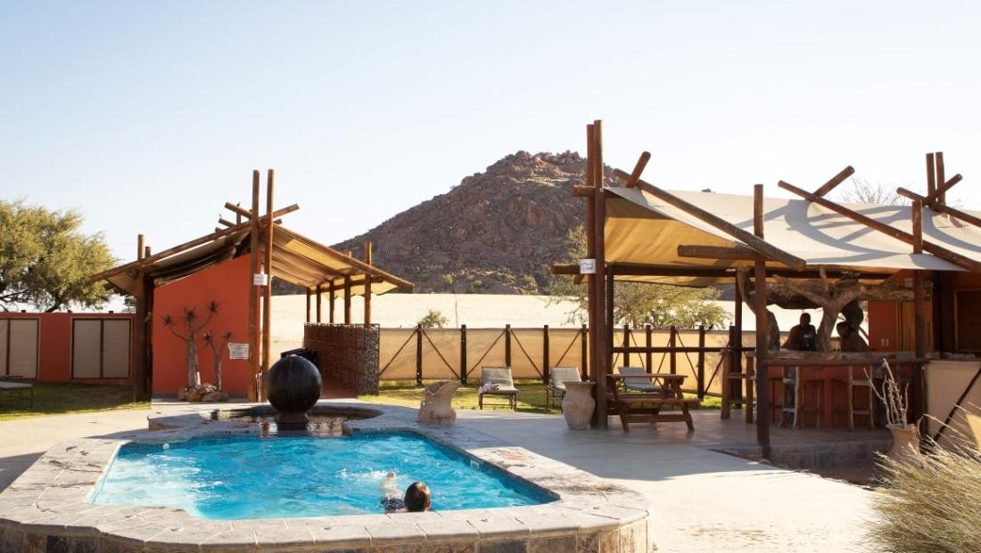 Desert Camp - Zwembad en bar