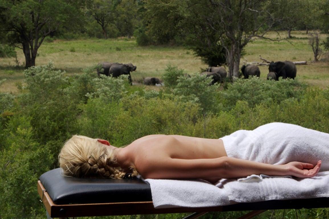 Huwelijksreizen Zuid-Afrika: Een massage met uitzicht op de bush.