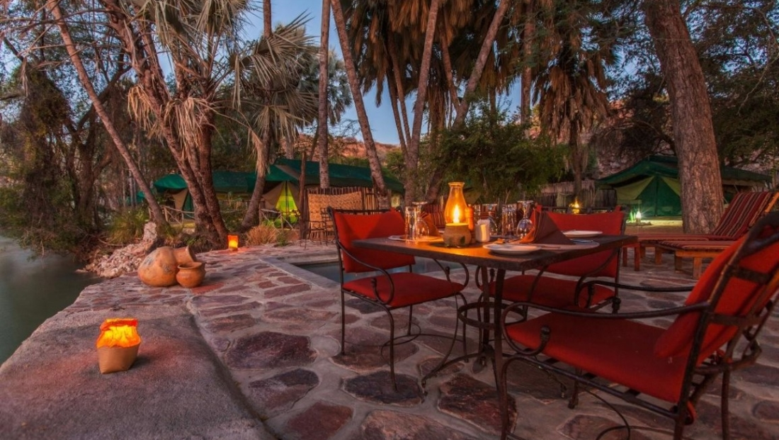 Epupa Camp - Eettafel op het terras