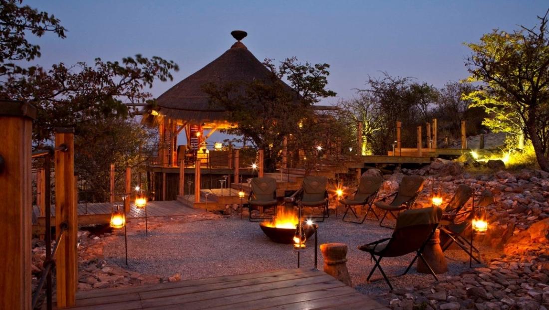Etosha National Park - buiten lounge bij haardvuur