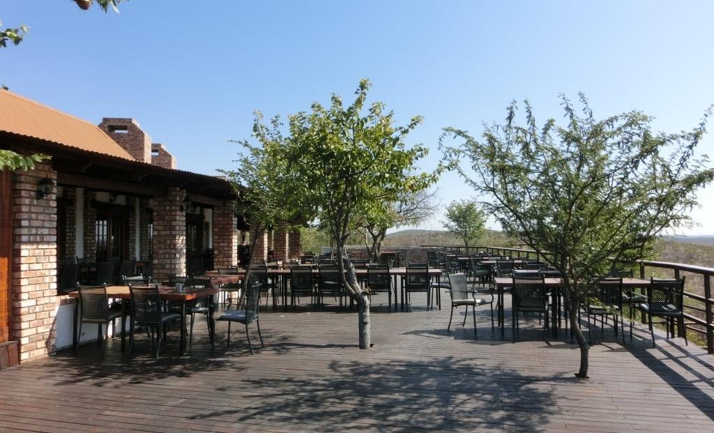 Etosha Safari Lodge - restaurant buiten