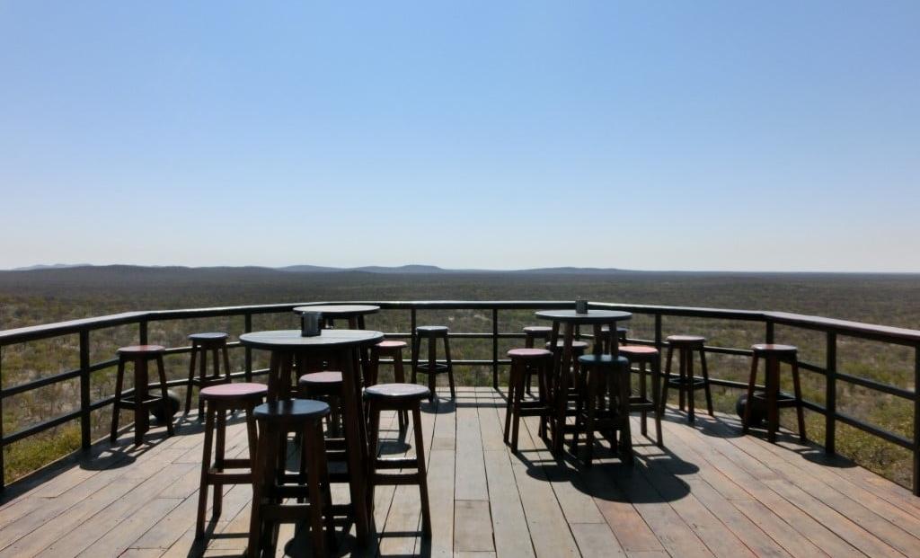 Etosha Safari Lodge - buitenbar met uitzicht