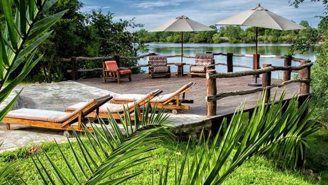 Hippo Lodge - dek bij rivier
