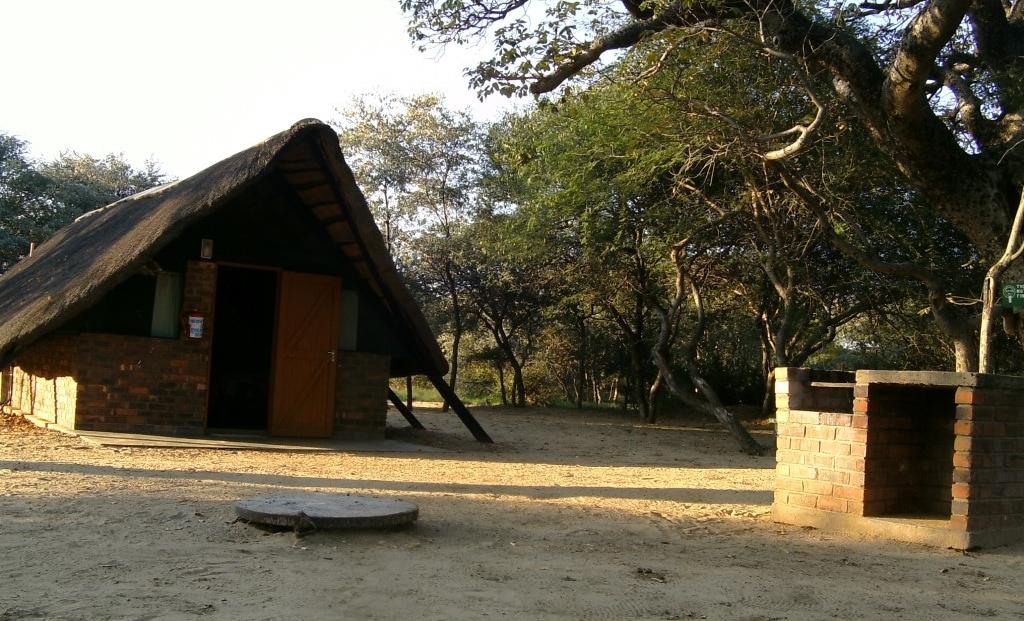 Khama Rhino Sanctuary - Eenvoudige accommodatie en kampeerterrein