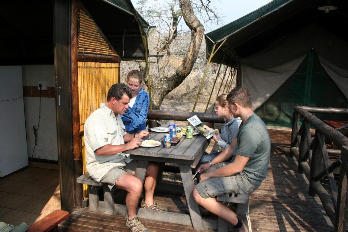 Hluhluwe-Imfolozi Mpila Camp - eten bij tent
