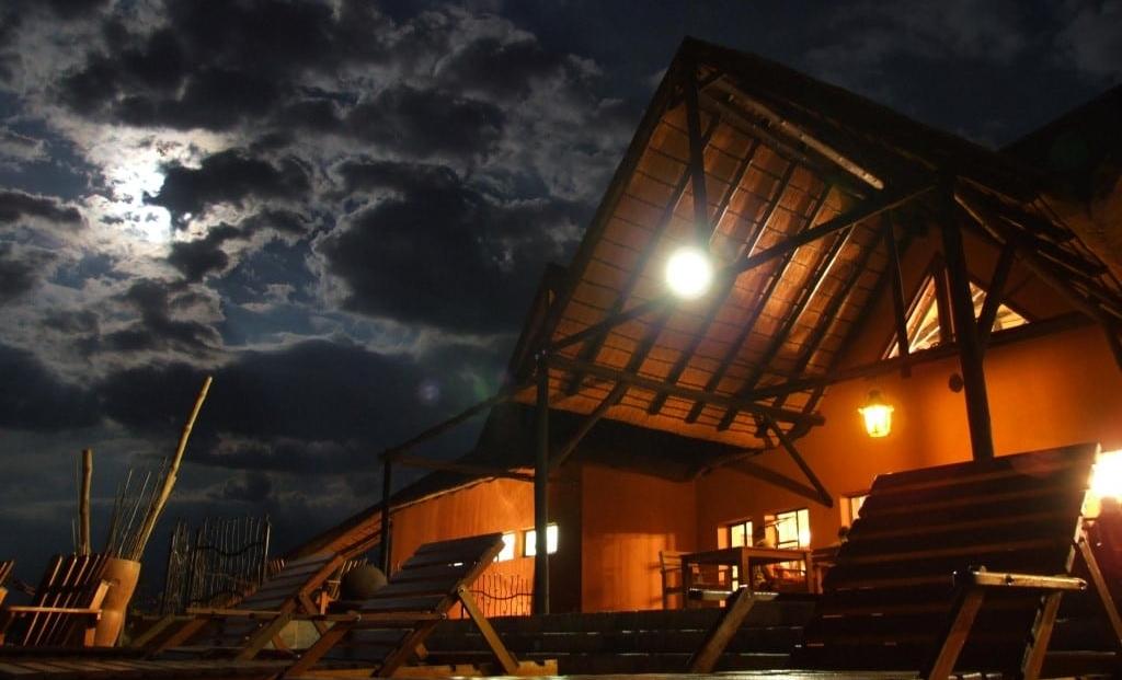 Opuwo Country Lodge - terras 's avonds