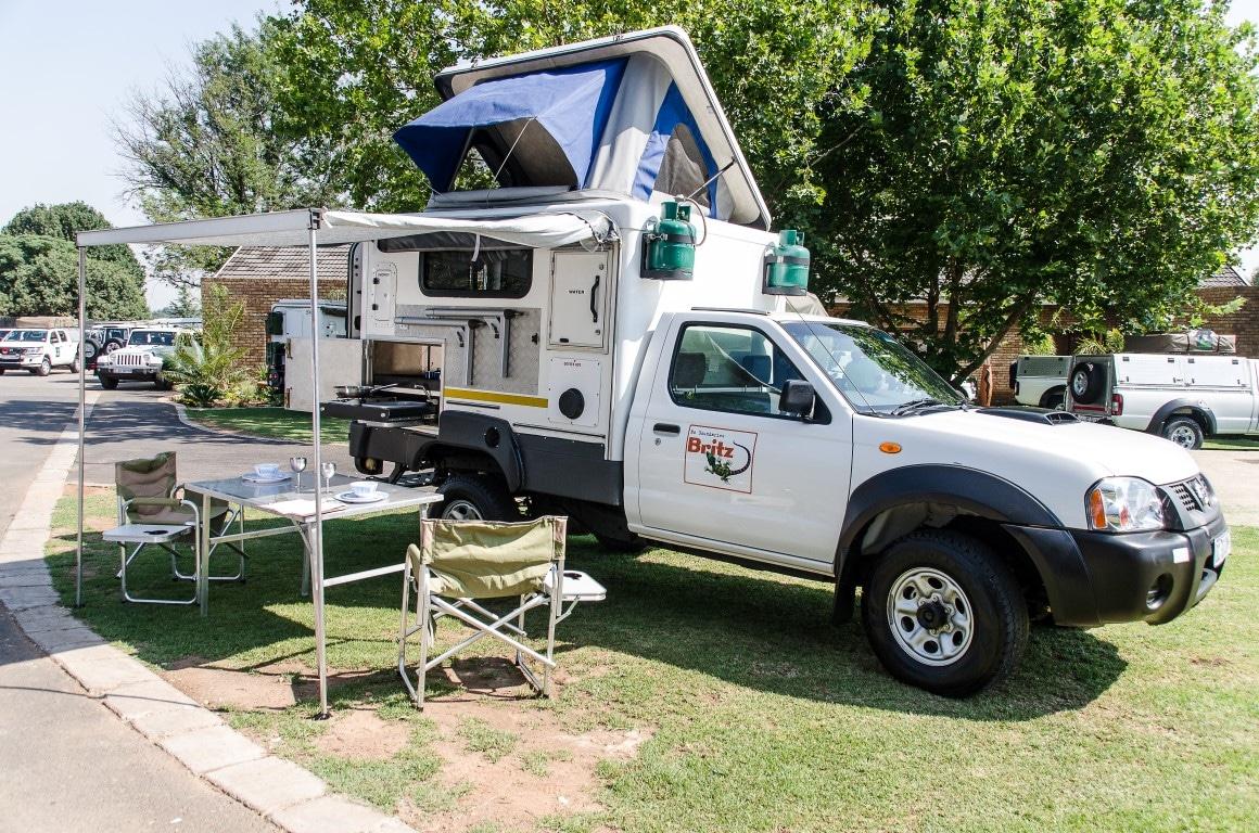 Kamperen Botswana: 4x4 met enkele cabine en tent die naar de zijkant uitklapt.