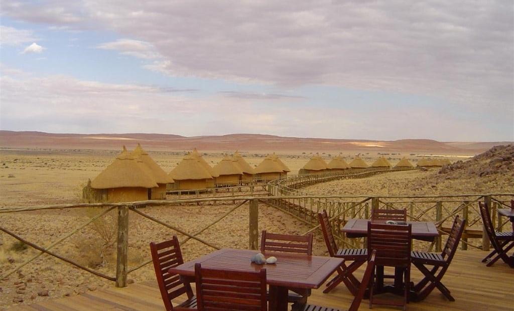 Sossus Dune Lodge - uitzicht terras op huisjes