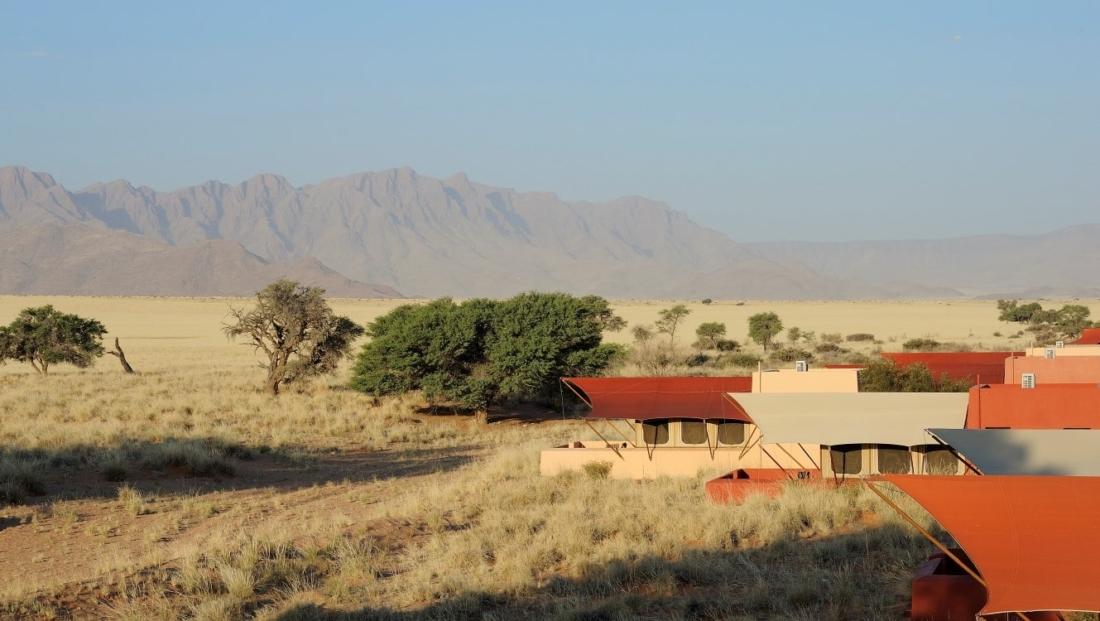 Sossusvlei Lodge - uitzicht over tent kamers