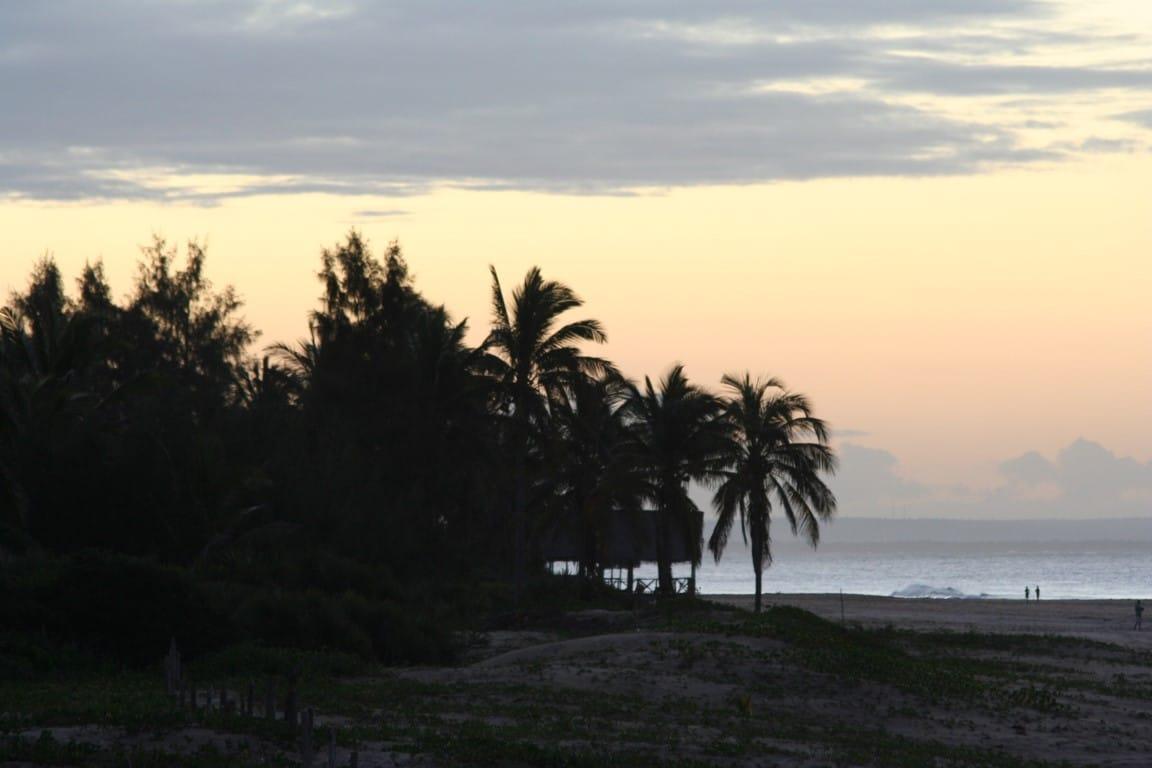 Huwelijksreizen Afrika - Zonsondergang over palmbomen en strand Mozambique