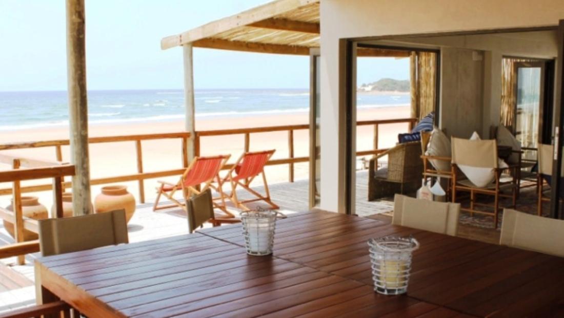 Corasiida Guesthouse - Lounge en terras aan het strand