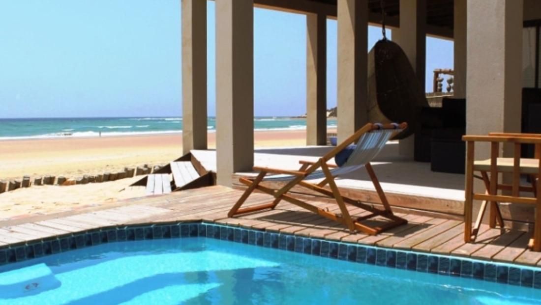 Corasiida Guesthouse - Zwembad met uitzicht op het strand