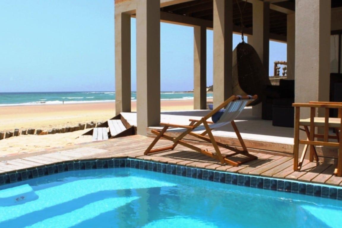 Rondreizen vakanties Mozambique - Zwembad aan het strand bij Corasiida Guesthouse