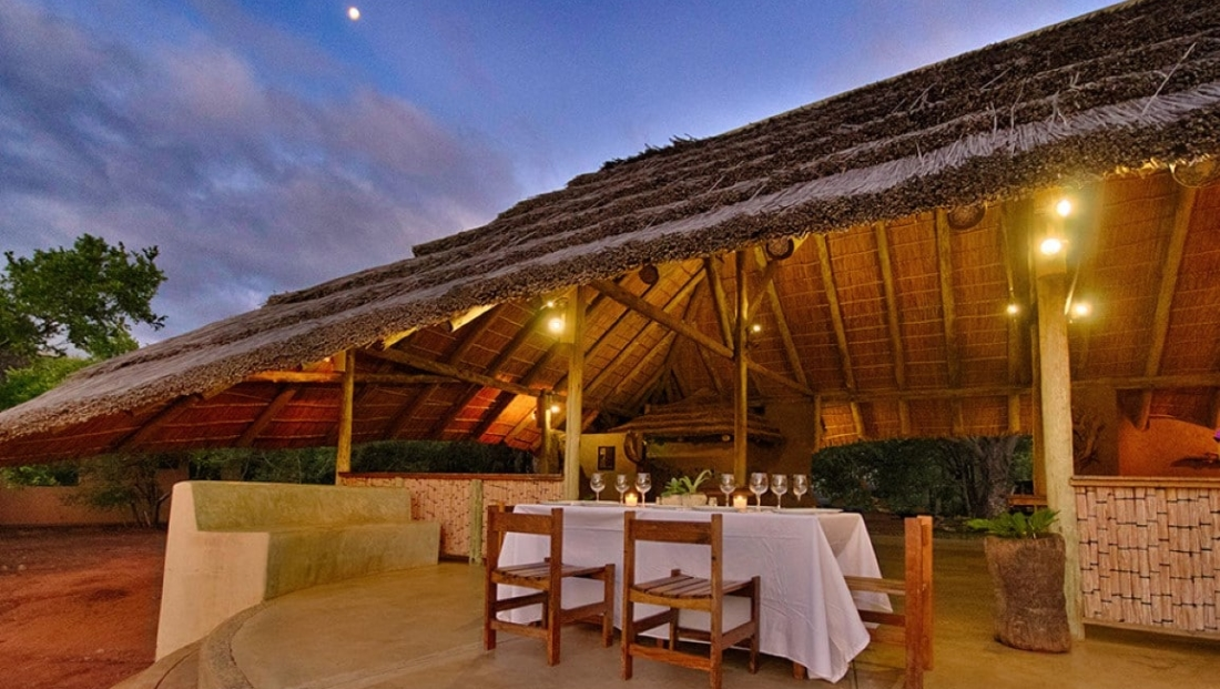 Covane Lodge - Gedekte tafel bij kaarslicht