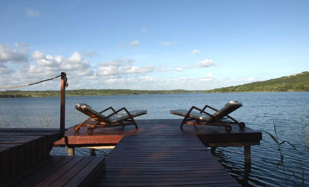 Naara Eco-Lodge - Houten deck met ligbedden aan het water