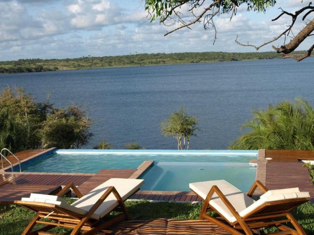 Rondreizen Zuid-Afrika Mozambique - Uitzicht zwembad baai bij Naara Eco Lodge