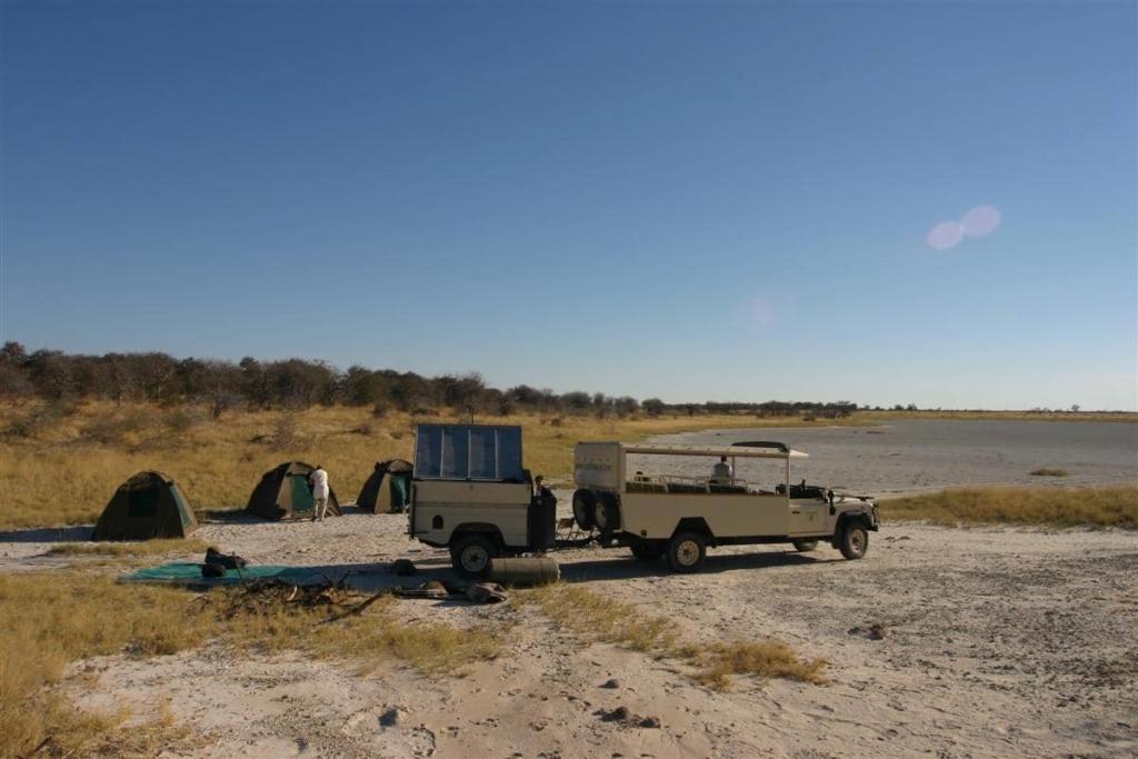 Bushways - Voertuig en tentenkamp op zoutvlakte