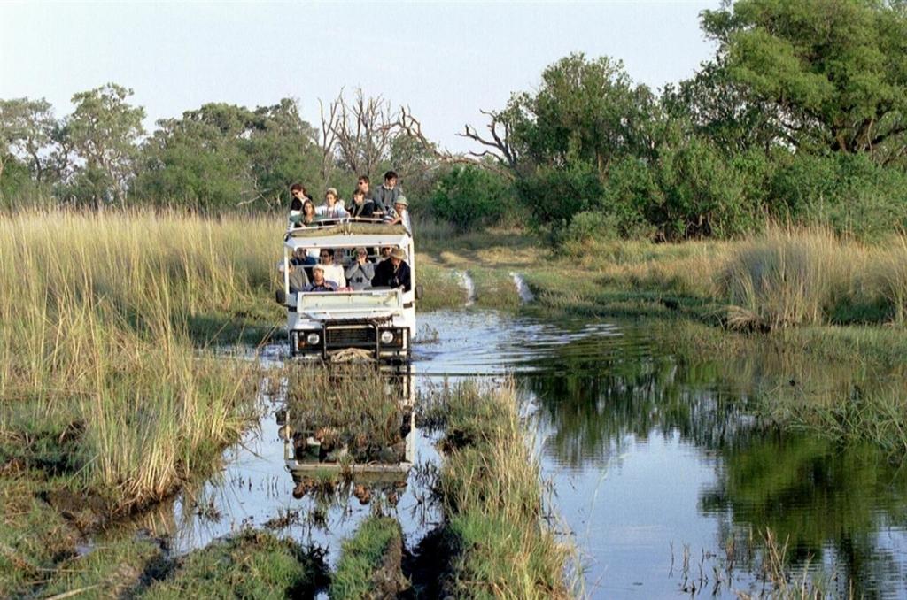 Bushways - Safari voertuig rijdt door water
