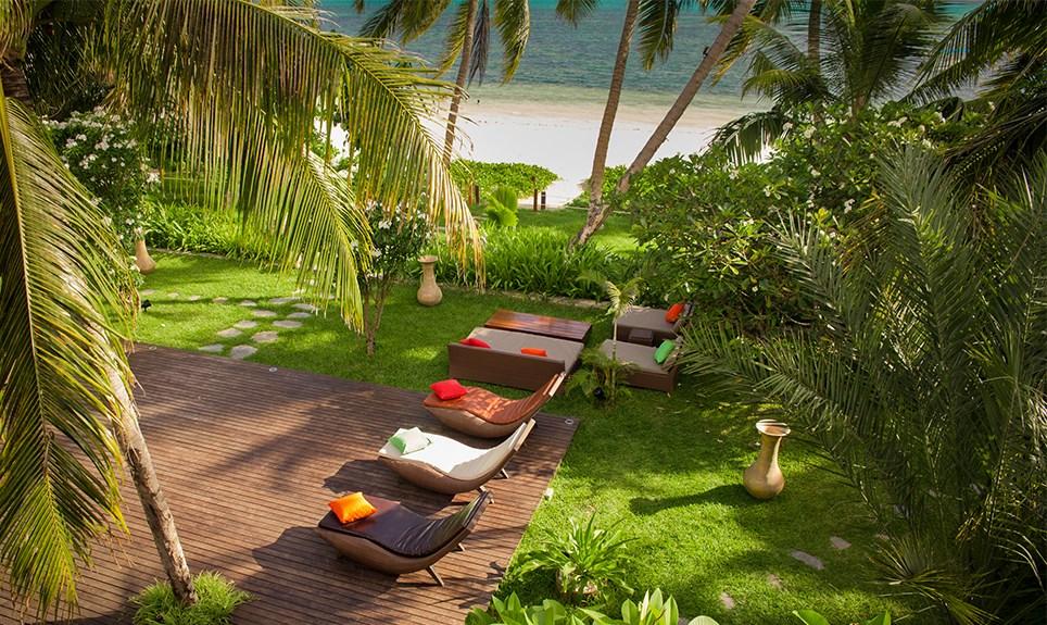 Dhevatara Beach Hotel - doorkijkje naar strand