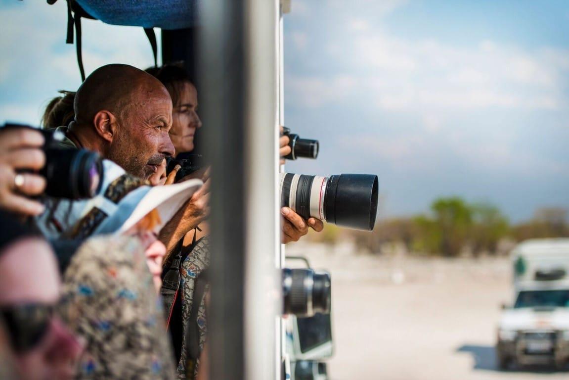 Individuele reizen Afrika - Toeristen in bus tijdens groepsreis