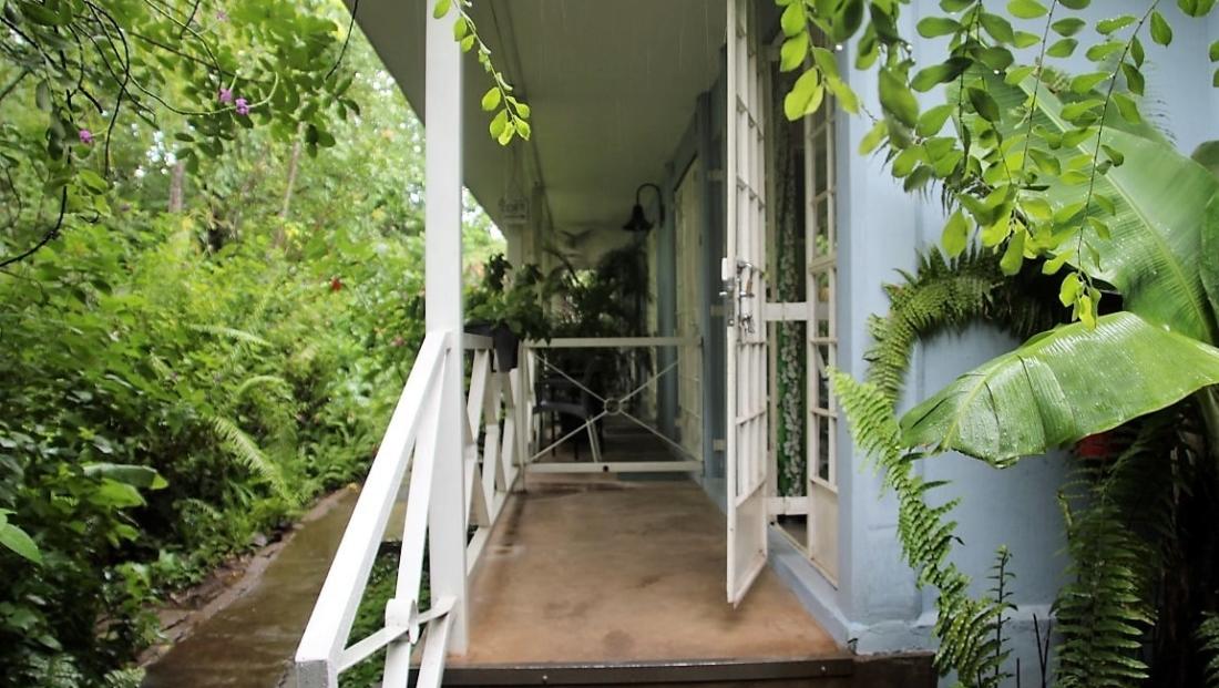 Old House - Ingang naar kamer in groene omgeving