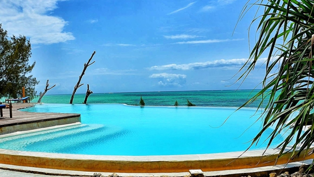 Pongwe Beach Hotel - zwembad en zee