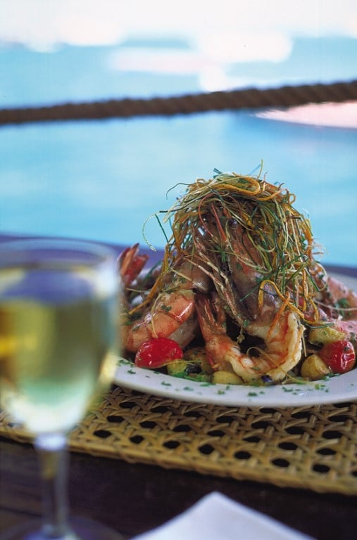 Het Weer en andere Tips voor uw reis naar Mozambique  prawns garnalen met goed glas Zuid-Afrikaanse wijn