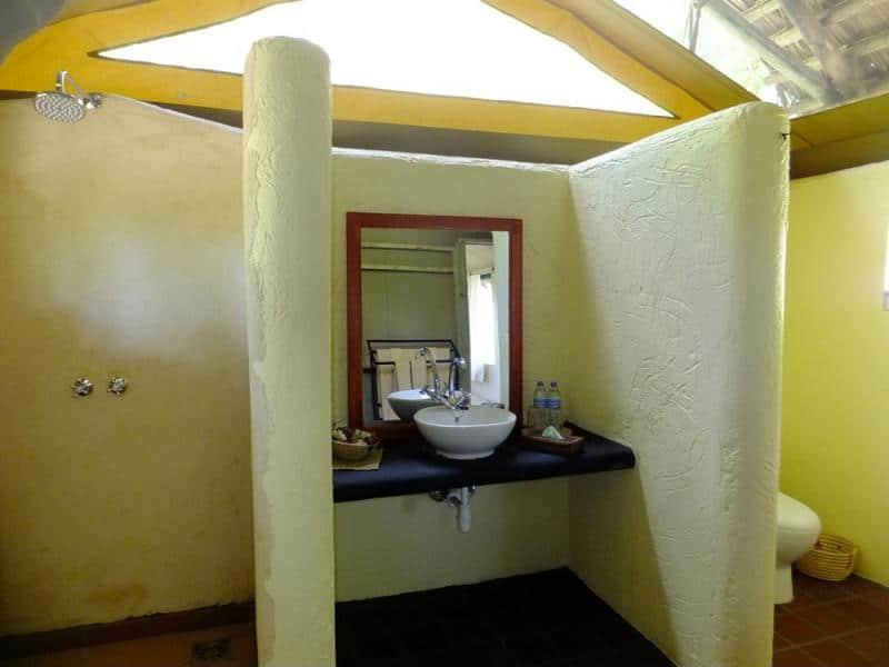 Sangaiwe Tented Lodge - badkamer
