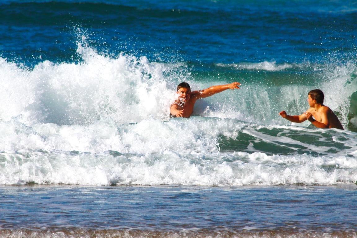 Natuur in Zuid-Afrika - Spelen in de golven van de Indische Oceaan