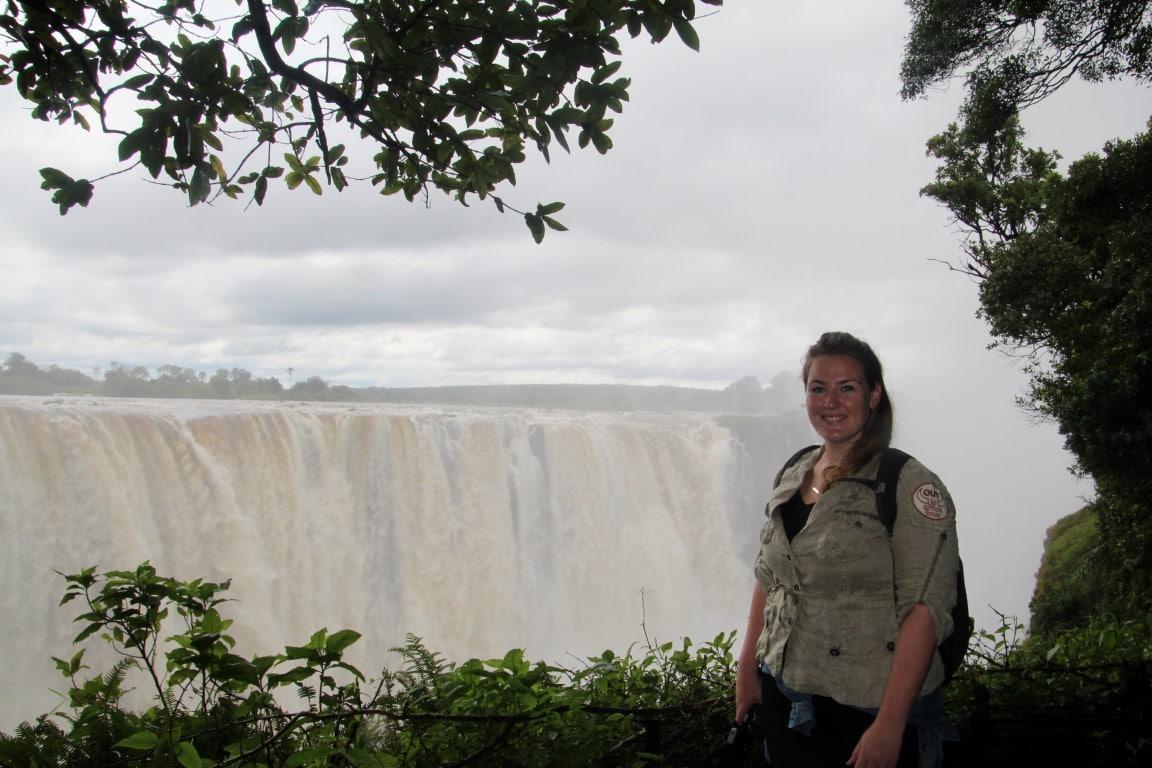 Foto: Consultant Malou bij de Victoria Waterval, Zimbabwe - nieuwsbrief 72