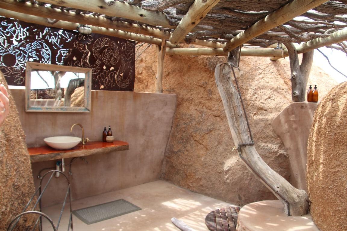 Exclusieve bestemmingen in Namibie - badkamer, buitendouche, Camp Kipwe, Twyfelfontein, Namibie
