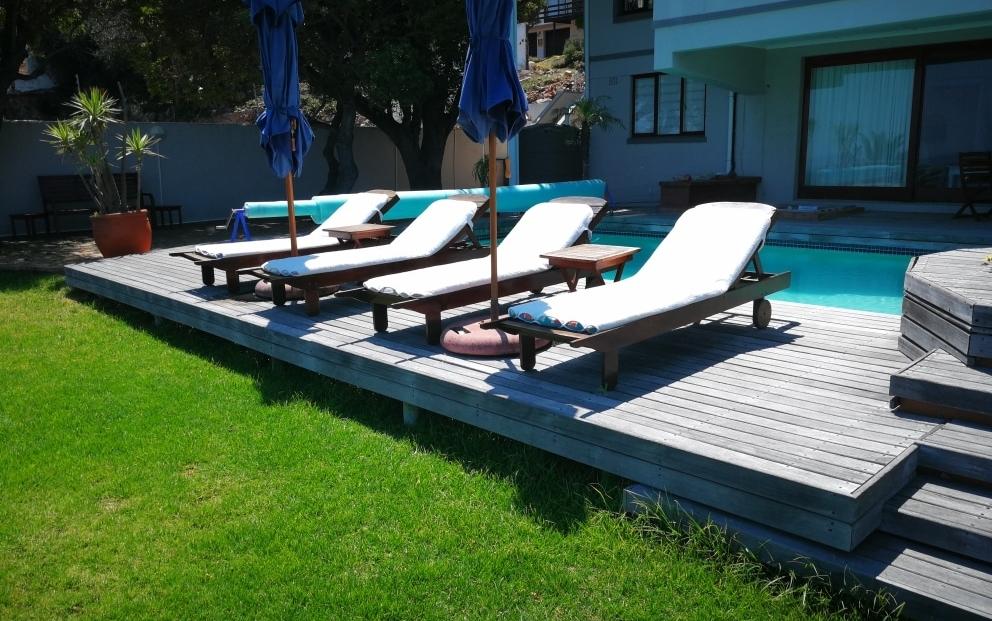 Fullham Lodge - zwembad met ligstoelen