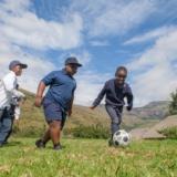 Nieuws uit afrika - out in africa - voetballen in drakensbergen