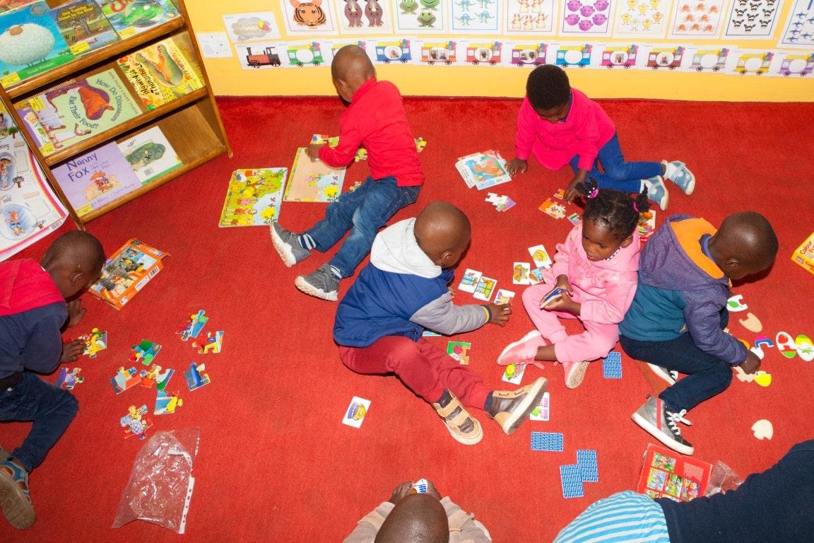 Zuid-Afrika, school, Out in Africa scholenproject, kinderen aan het puzzelen