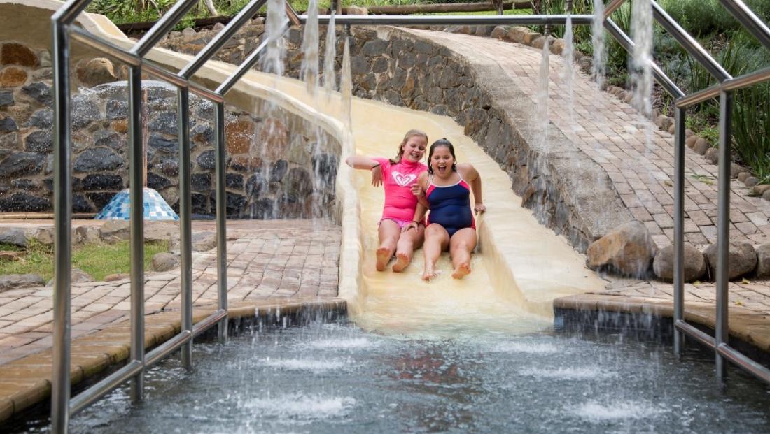 The Cavern - zwembad - glijbaan