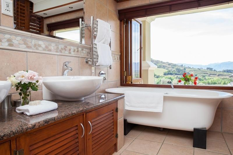 Banhoek Lodge - badkamer met uitzicht